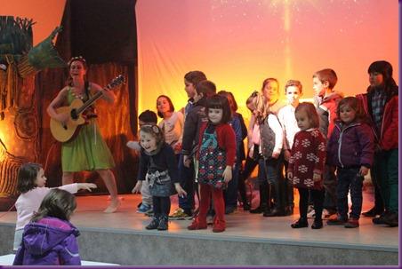 13. Diana convertida en Diosa cantando con los más pequeños