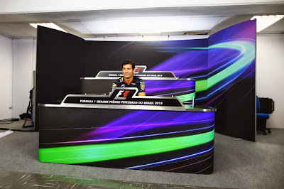 одинокий Марк Уэббер на пресс-конференции в четверг на Гран-при Бразилии 2013