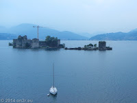 Am Westufer des Lago Maggiore. Auf der Insel das Castelli di Cannero beim Ort Cannero Riviera.