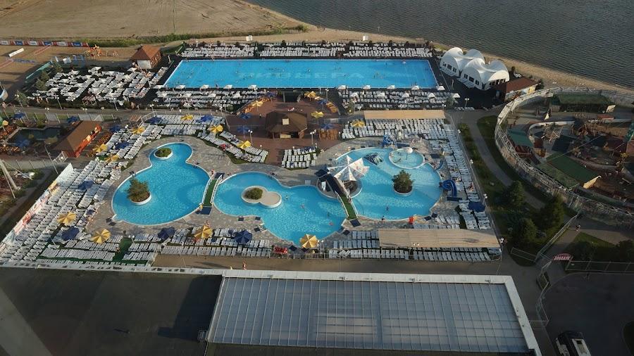 Вид из окна отеля Ривьера на бассейны