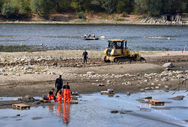 Making the most of record low waters levels due to drought, historians are recovering relics from the 17th century at Vistula river in Warsaw on 3 September 2015 Photo: Janek Skarzynski / AFP Photo