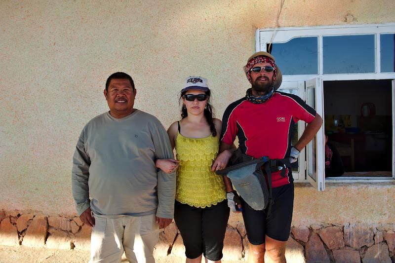 Din categoria faceti poze cu strainii, in poza o uzbeka pozandu-se cu un filipinez care lucra la refacerea drumului si cu un roman ce calatoreste pe bicicleta prin Asia Centrala.
