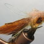 Dowiązuję piórka (może być bażant, kuropatwa…) imitujące piersiowe płetwy rybki.