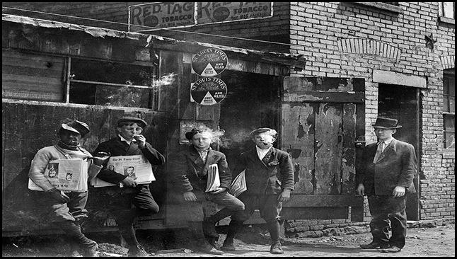 Niño vendedor de periódicos