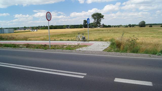 Wjechanie na drogę dla rowerów uniemożliwia linia ciągła. Rozwiązanie włączenia pod kątem prostym uniemożliwia wjechanie na drogę dla rowerów nawet ze średniąprędkością.