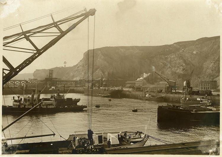 Puerto del Musel. Ca. 1933. El SAN ANTONIO con los colores de Vega. A la derecha la CRETEGUARD, de hormigon, que se usaria, hundiendola, para refuerzo del espigon del puerto.jpg
