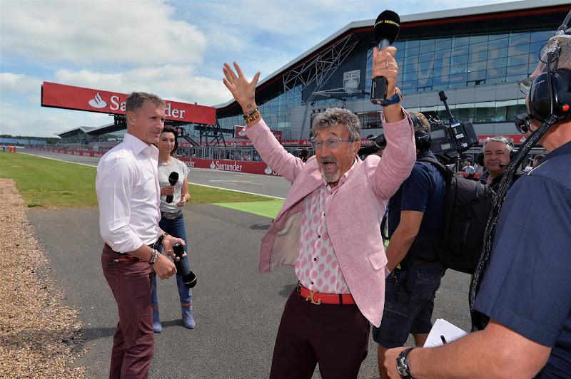 Эдди Джордан приветствует болельщиков на трибунах Сильверстоуна на Гран-при Великобритании 2013