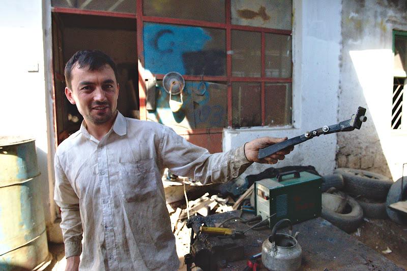 Mesterul tadjic si ingineria tadjica pentru vechiul cric.