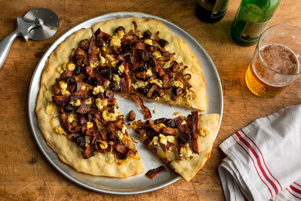 Pizza With Caramelized Onions, Figs, Bacon and Blue Cheese Recept ...