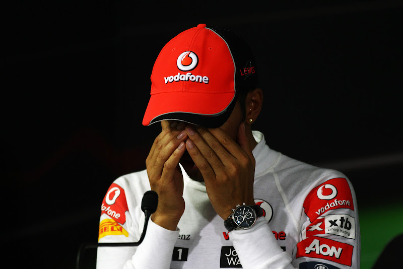 Льюис Хэмилтон фэйспалмит двумя руками на пресс-конференции после гонки на Гран-при Кореи 2011