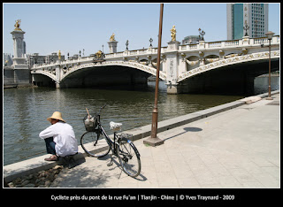 Cycliste près du pont de la rue Fu'an | Tianjin - Chine | © Yves Traynard - 2009