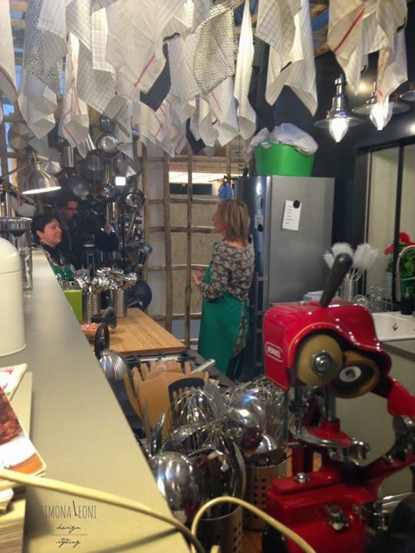 IKEAtemporary_Belén_Frau_intervistata_nello_spazio_arredato_da_Paola_Navone