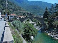 Im Ort Badalucco an der SP21 am nördlichen Ortsausgang. Alte Brücke über den Fora di Taggia.