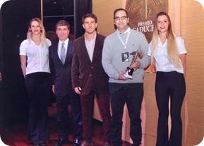 Leandro Balducci, director del medio digital costero, Leandro Balducci, recibiendo el premio del Consejo Profesional de Ciencias Económicas
