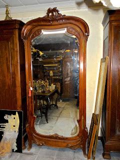 Платяной шкаф в стиле МОДЕРН. ок.1900 г. Одна дверка с зеркалом, гнутые ножки. 3800 евро.