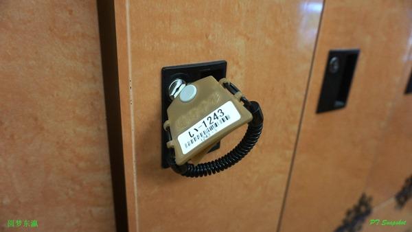 储物柜的钥匙和买东西的扫描通行证