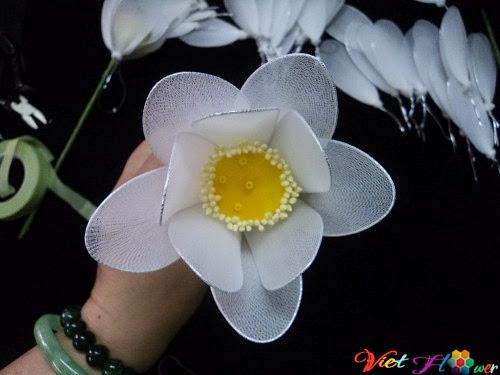 Làm hoa sen trắng bằng vải voan (bước 5)