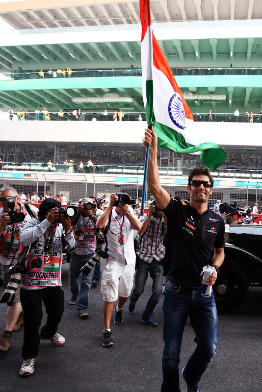 Марк Уэббер с индийским флагом на параде пилотов Гран-при Индии 2011