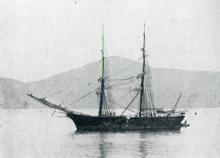 La polacra redonda ACANCIA, del Masnou, anclada en la Ria de Vigo. Del libro La Marina Catalana del Vuitcents. De Emerenciá Roig.jpg