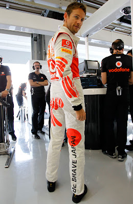 Дженсон Баттон в комбинезоне Hugo Boss на Гран-при Японии 2011 - вид сбоку
