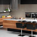 moderní-dýhovaná-kuchyně-Galaxie-Hanák-vysoký-lesk-černá-dýha-ostrov-potravinová-skříň-šedá-667x409.jpg