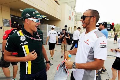 Хейкки Ковалайнен и Льюис Хэмилтон встречают друг друга в паддоке на Гран-при Бахрейна 2012