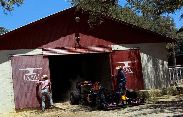 Дэвид Култхард выезжает на болиде Red Bull из загона на ранчо Техаса