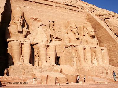 Fachada del templo hemispeo de Ramses II. Piedra arenisca. XIX dinastía (hacia 1284-1264 a. C.). Complejo de templos de Abu Simbel. Asuán.