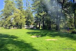 """V obci je k dispozici veřejné tábořiště """"Hogan"""" se suchými záchody a občerstvením. Pitná voda je v obci vzdálené 150 m přes lávku, kde jsou také stravovací služby, kuželna, prodejna potravin a turistická ubytovna.  <a href=""""http://www.hogan.wz.cz/"""" target=""""_blank"""">Web tábořiště Hogan</a>."""