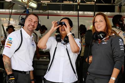 Мониша Кальтенборн смотрит в бинокль из боксов Sauber на Гран-при Кореи 2013