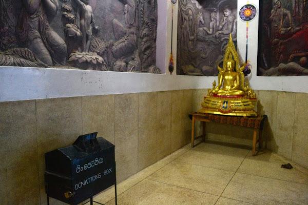 Коробка для пожертвований и статуя Будды, Канди, Шри Ланка