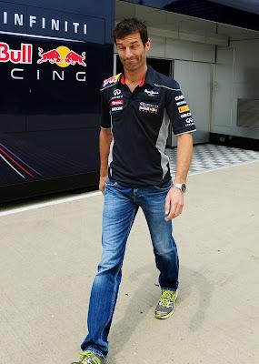 улыбающийся Марк Уэббер шагает по паддоку Сильверстоуна на Гран-при Великобритании 2013