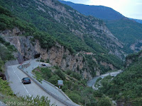 Blick zurück: Aus dem Tunnel heraus rechts ab zum Col St. Martin (1500 m).