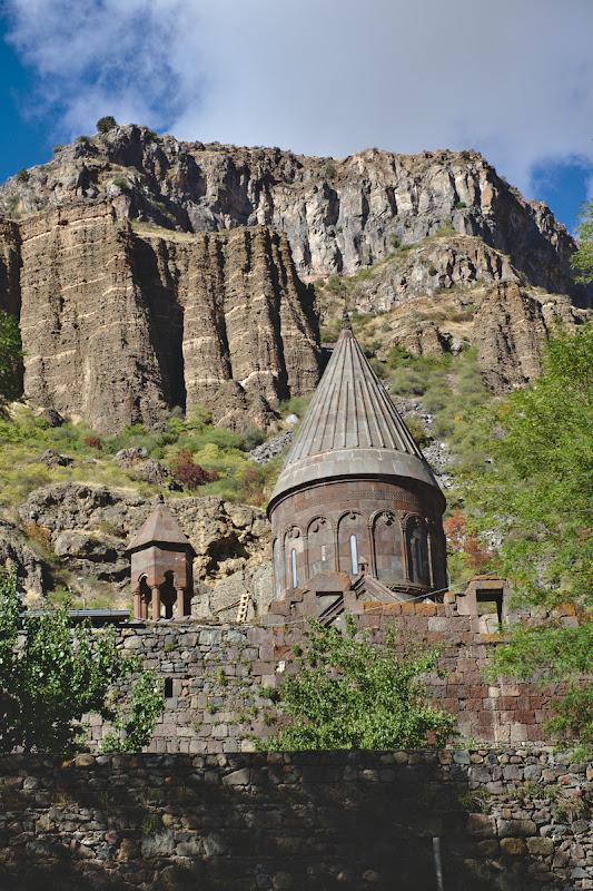 Manastirea Geghard, cu ale sale biserici sapate in stanca.
