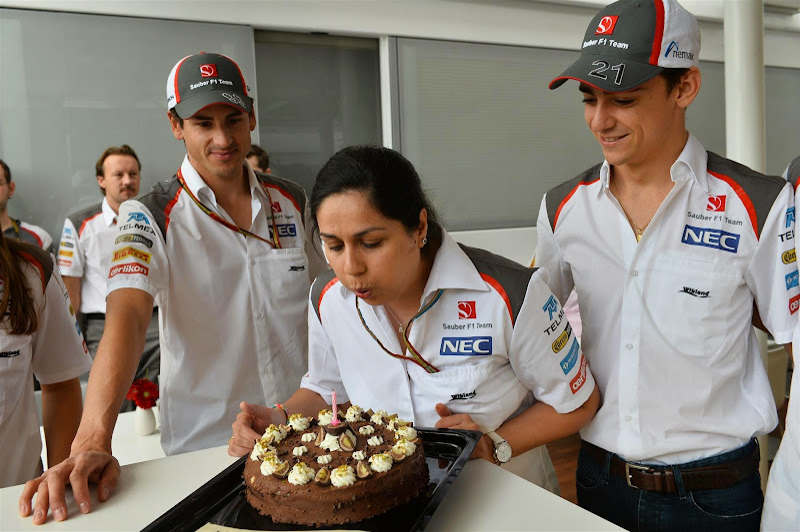 Мониша Кальтенборн задувает свечку на торте на Гран-при Испании 2014