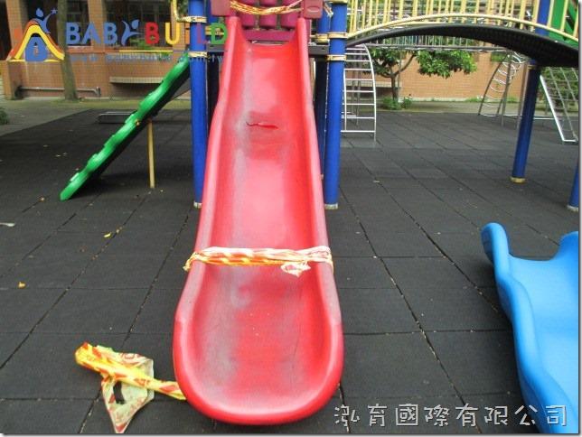 學校遊具溜滑梯破損
