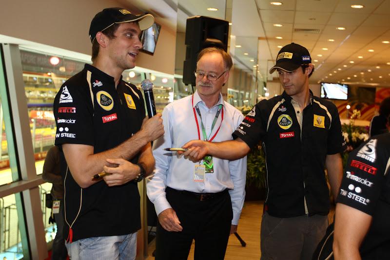 Бруно Сенна тыкает маркером в Виталия Петрова на автограф-сессии Гран-при Сингапура 2011
