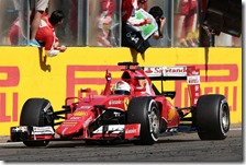 Sebastian Vettel esulta per la vittoria al gran premio d'Ungheria 2015