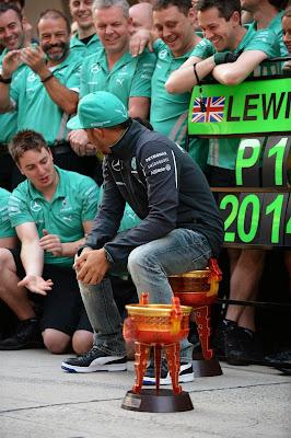 Льюис Хэмилтон сидит на победном трофее Гран-при Китая 2014
