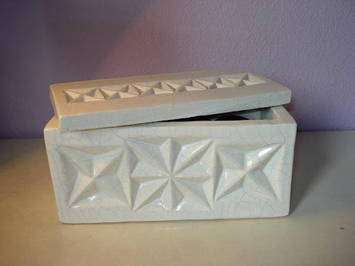 Caja de dos piezas compuesta a partir de planchas. Barro blanco de baja temperatura. Esmalte craquelado. Impresiones: Figuras geométricas modeladas.