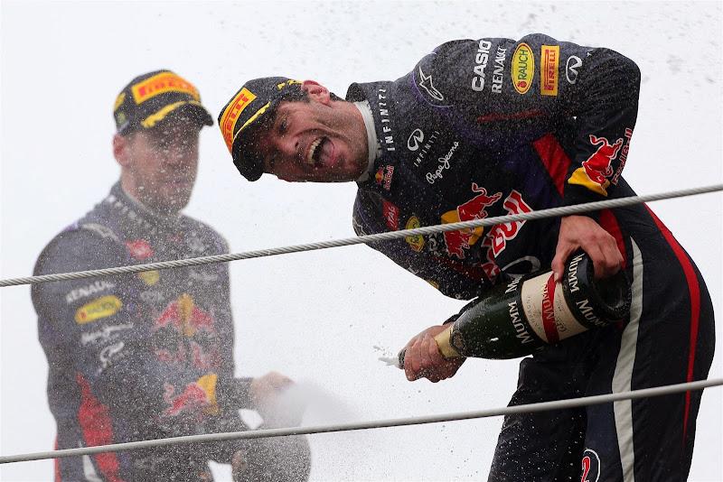 Марк Уэббер под шампанским Себастьяна Феттеля на подиуме Гран-при Бразилии 2013
