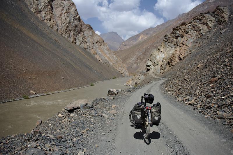 Pe un drum care devine foarte incet dar sigur mai potrivit pentru bicicleta.