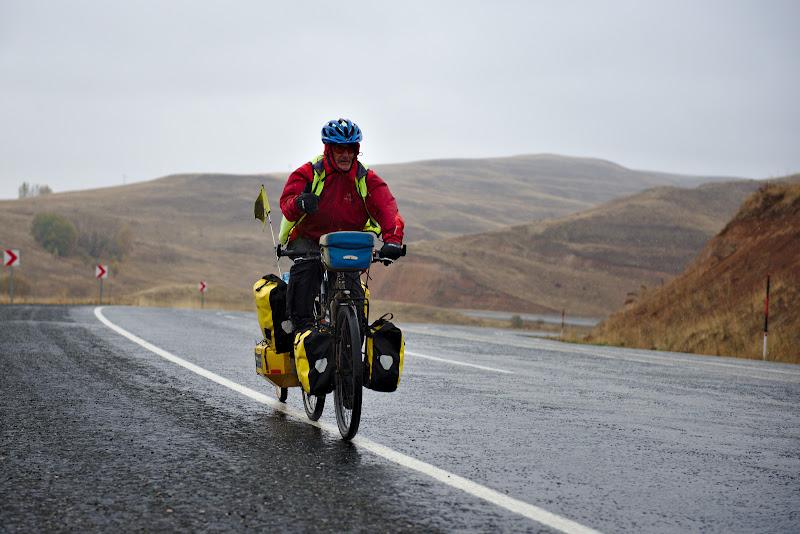 Ce poti sa faci atunci cand implinesti 60 de ani, binenteles sa pleci un jurul lumii cu bicicleta.