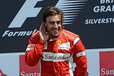 Фернандо Алонсо на подиуме Сильверстоуна после победы на Гран-при Великобритании 2011