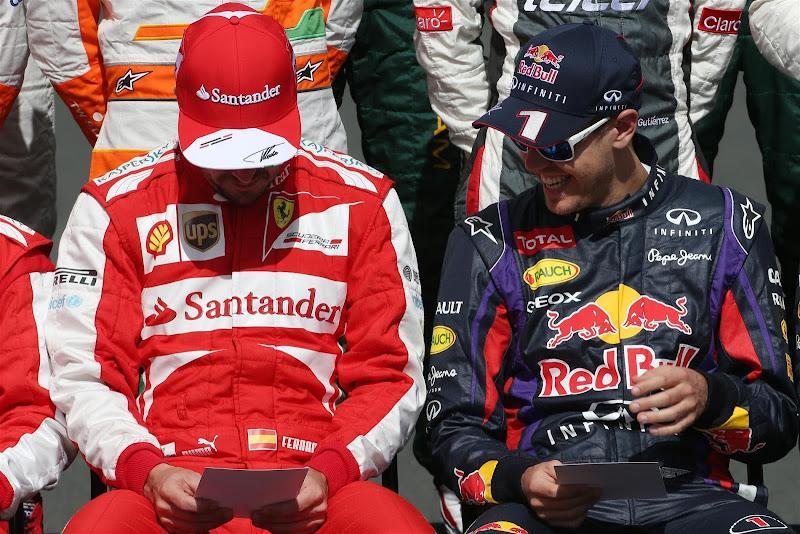 Фернандо Алонсо и Себастьян Феттель с листовками FIA на фотосессии Гран-при Австралии 2013