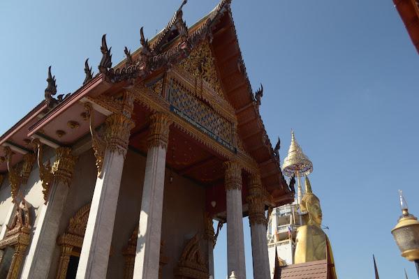 бангкок храм стоячий золотой будда