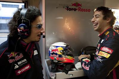 Даниэль Риккардо смеется всесте с Джорджио Асканелли на предсезонных тестах 2012 в Хересе
