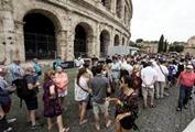 Colosseo coda turisti