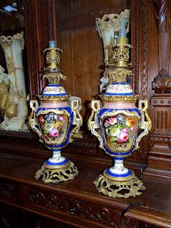 Пара фарфоровых керосиновых ламп. 19-й век. Бронза, расписной фарфор. Высота 60 см. 3900 евро.