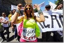 Una donna chiede il reddito minimo garantito